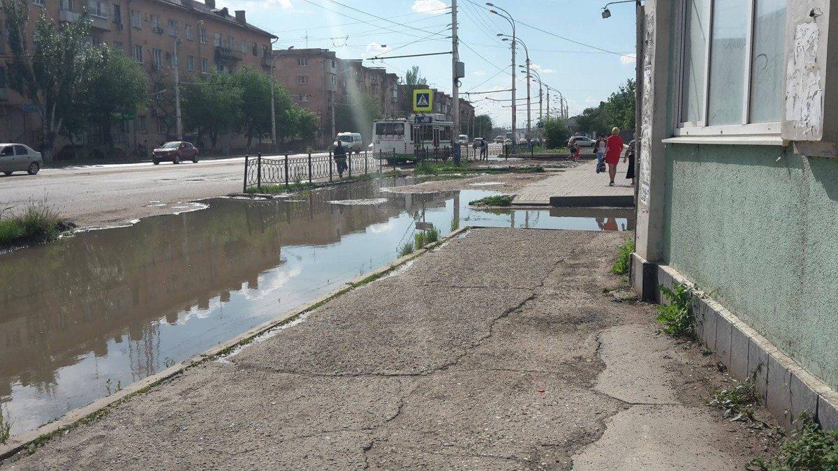 Администрация Астрахани не видит проблемы в затопленном тротуаре на Анри Барбюса