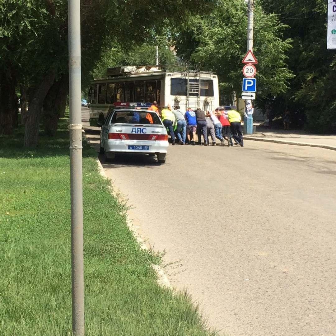 Обрыв троллейбусных проводов в Астрахани повредил три машины