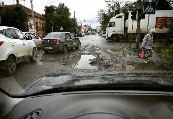 Александра Жилкина попросили обратить внимание на состояние дороги