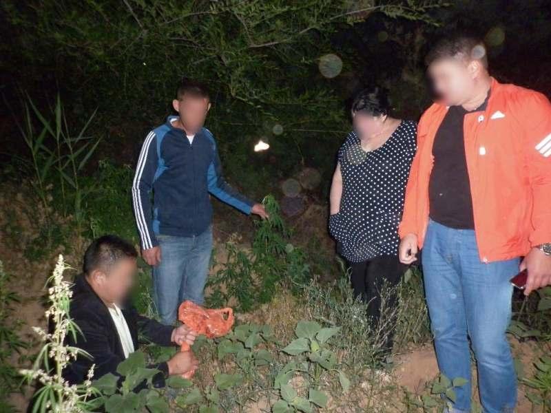 Астраханец вручил полицейским пакет с коноплей
