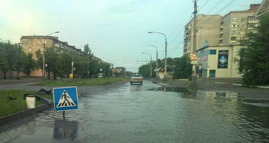 Уровень воды на улицах Астрахани достигает 25 сантиметров