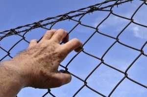 Астраханский заключенный бился головой об стену и погиб