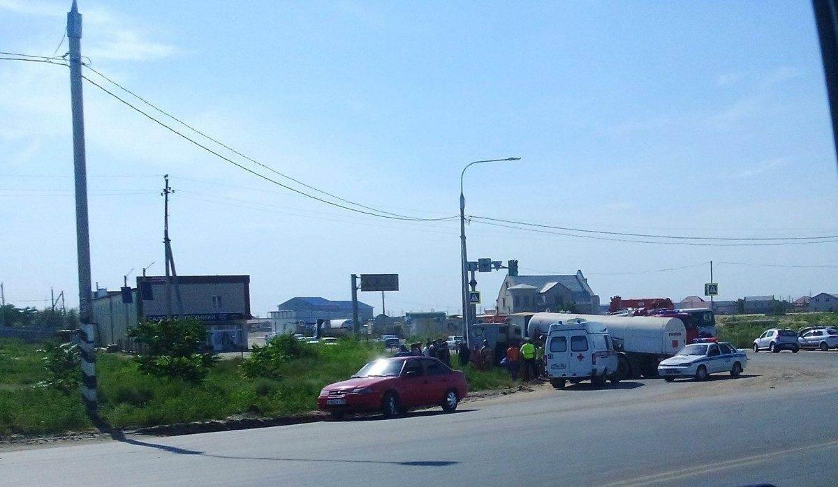 В Астрахани водитель грузовика с газом умер за рулем и врезался в столб