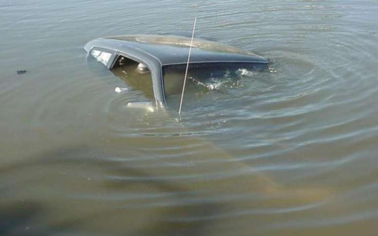 Астраханец на иномарке наехал на бордюр и упал в канал