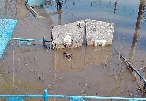 В Астраханской области паводок размыл два старинных кладбища
