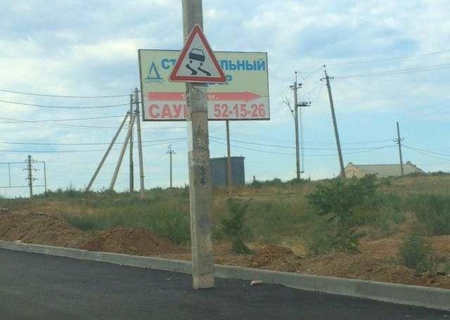 В Астрахани после расширения улицы столбы оказались прямо на дороге