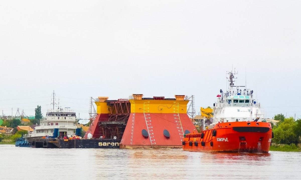«Каспийская гидротехническая компания» вывела в море опорные основания для платформы «ЛУКОЙЛа»