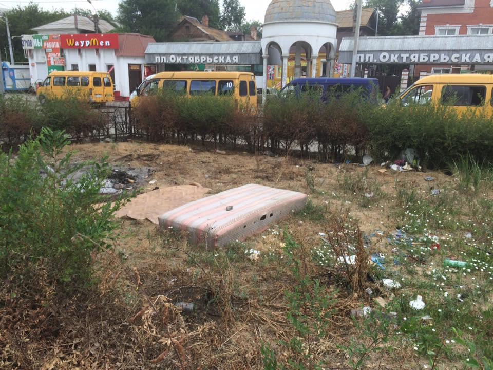 Бытовые отходы и сорняки в самом центре Астрахани возмутили горожан