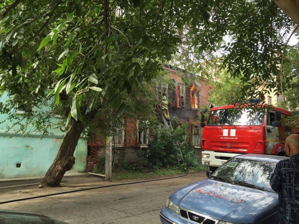 В центре Астрахани сгорел двухэтажный дом