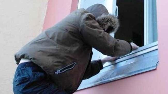 В Астрахани вор-форточник украл драгоценностей на 400 тысяч рублей