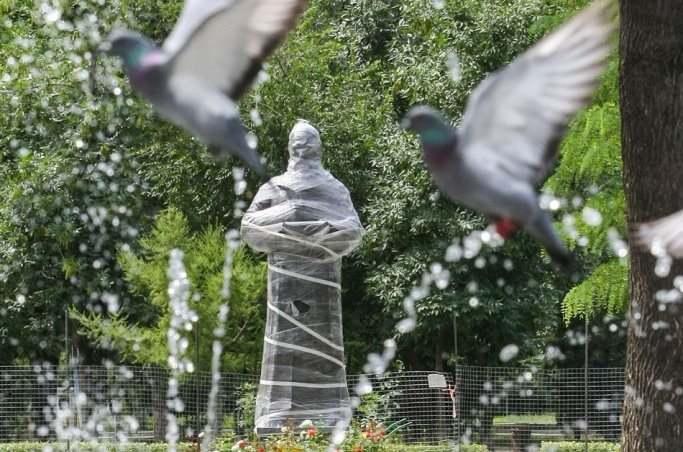 В Астрахани установили памятник Омару Хайяму