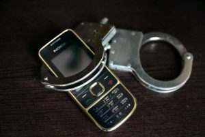Сотрудник астраханской колонии осужден за пронесенный мобильный телефон