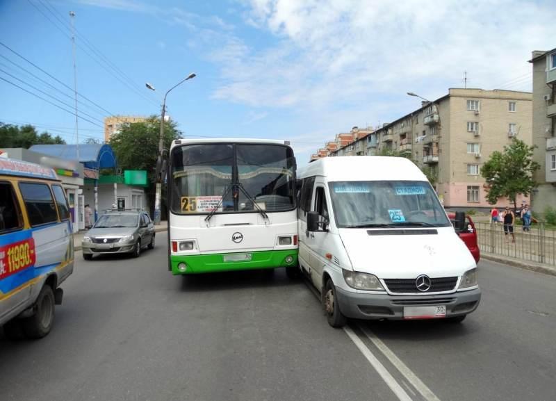 В Астрахани автобус столкнулся с объезжавшей его по встречной маршруткой