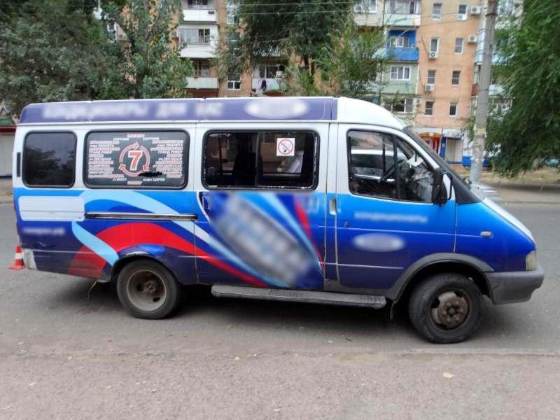 В Астрахани маршрутка сбила маму с дочкой на переходе без разметки