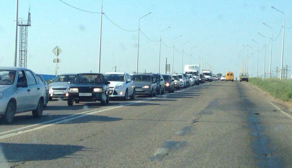 Запуск светофора снова вызвал пробку на выезде из микрорайона Бабаевского