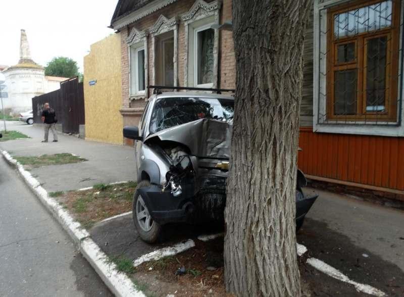 В центре Астрахани водитель врезался в дерево и погиб