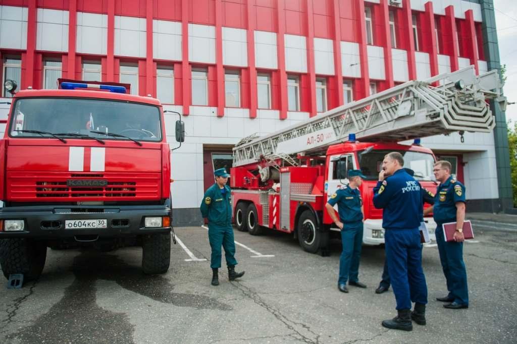В Астрахани потушили горящий камыш и хозпостройки