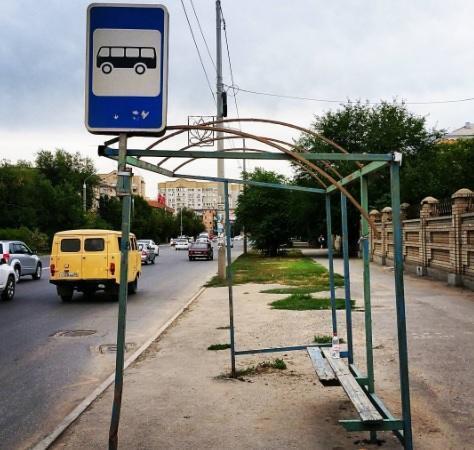 Астраханцы удивляются состоянию остановок общественного транспорта