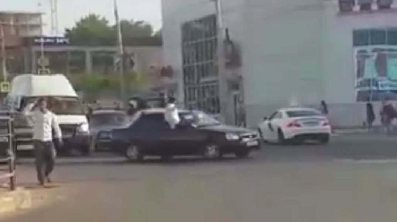 Свадебный кортеж устроил беспорядок на оживленной улице Астрахани