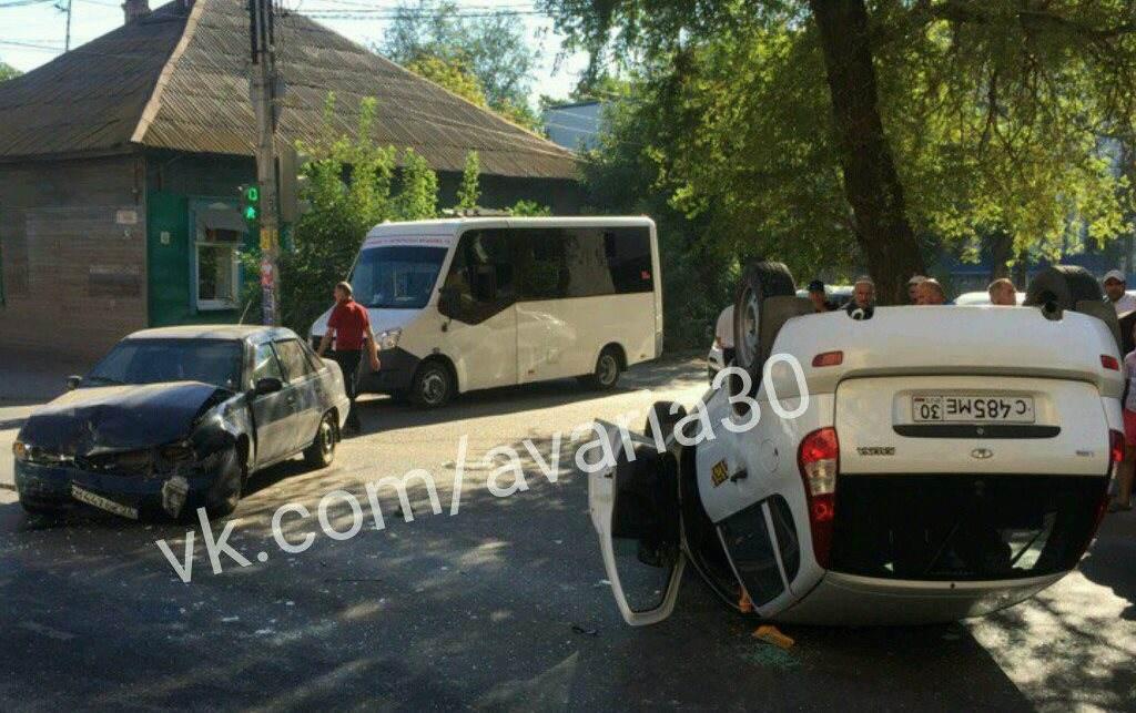 На Больших Исадах перевернулось такси