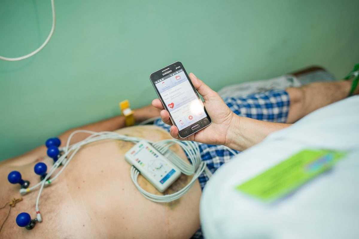 Смартфон теперь может спасти астраханцев от инфаркта