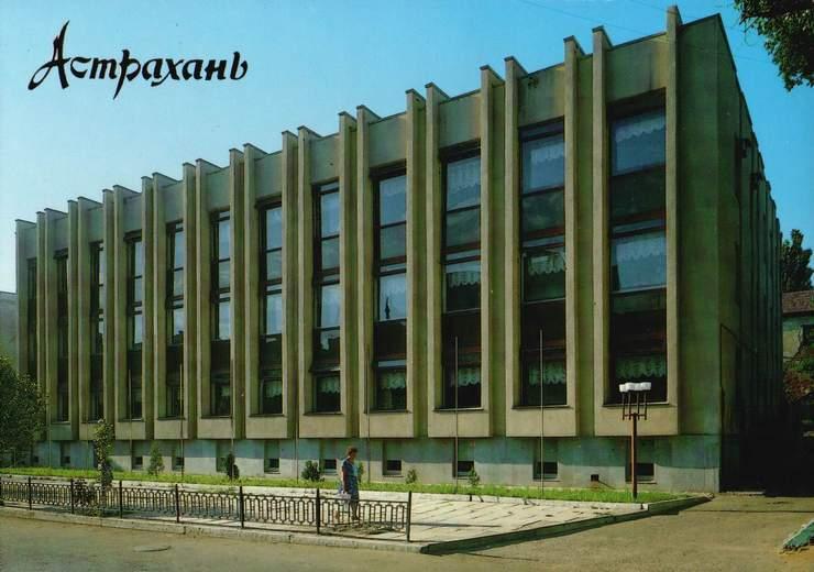 Сотрудники библиотеки имени Крупской унесли оттуда покрытие крыши