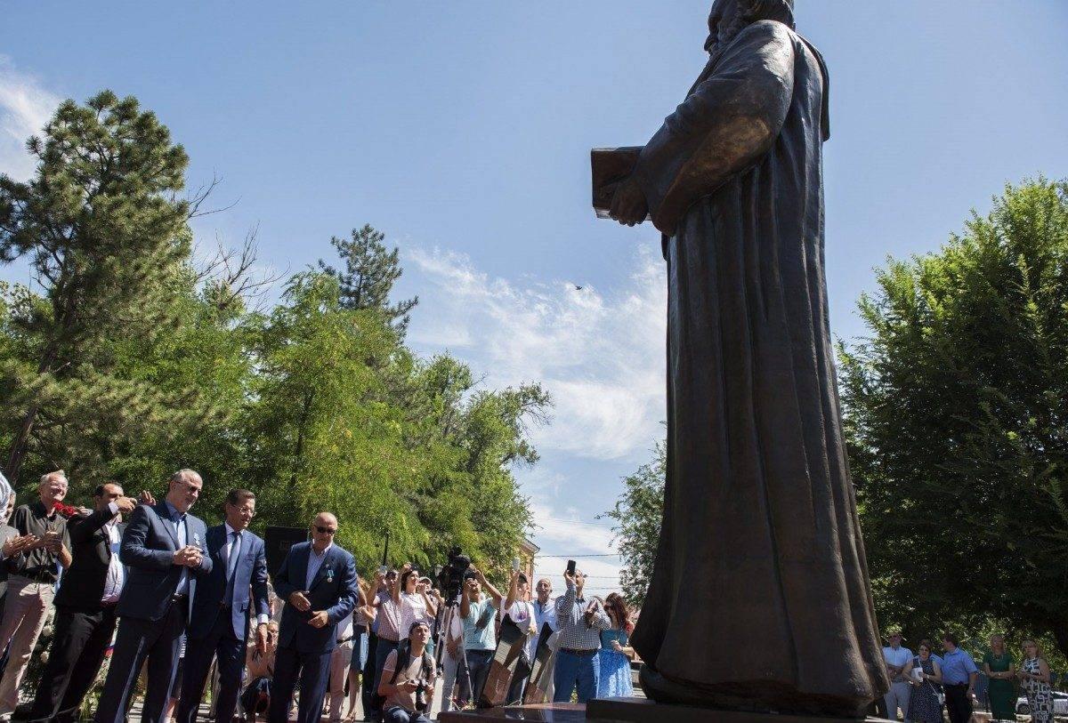 В Астрахани открыли первый в стране памятник Омару Хайяму