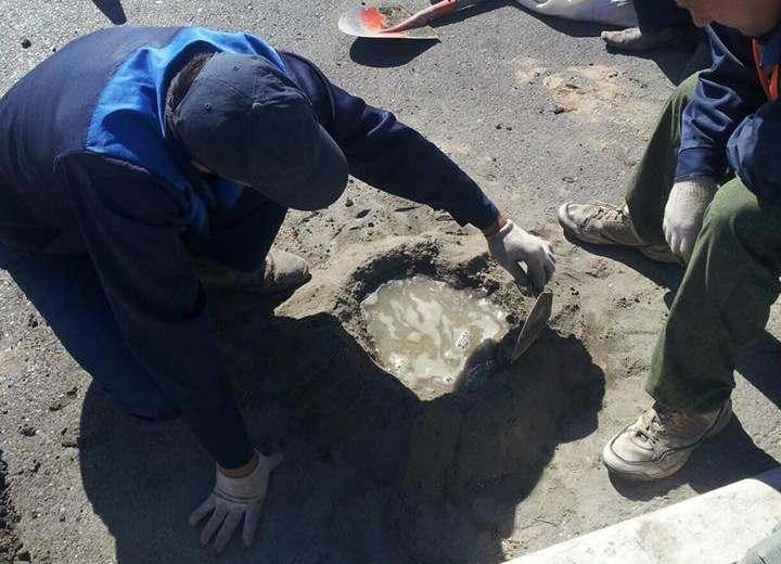 Возле Татар-Базара цементом залили яму в дороге, а не ливневку