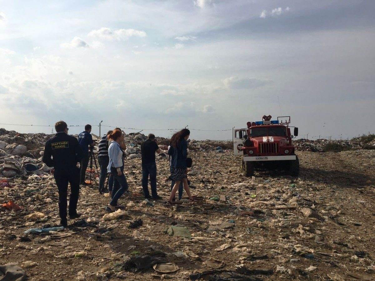 Запах гари в Астрахани связывают с «серыми» перевозчиками мусора