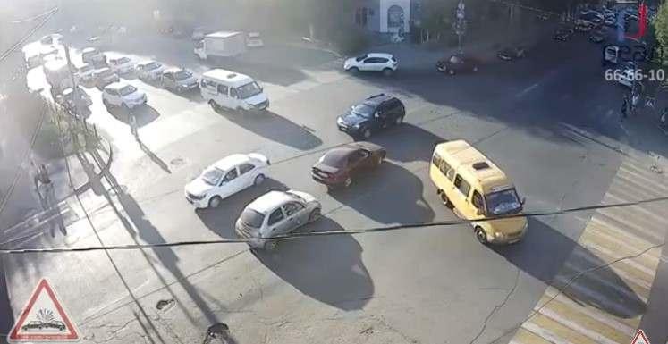 Астраханец не успел перебежать улицу на красный