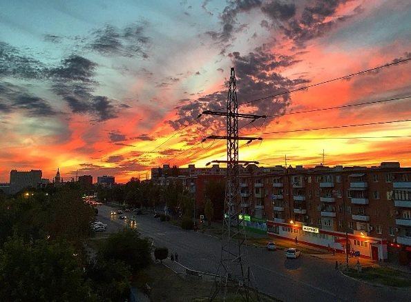 Астраханцы наслаждаются необычайно красивым закатом