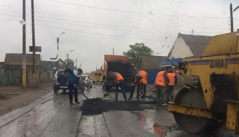Уложенный в дождь в Астрахани асфальт будут перекладывать заново
