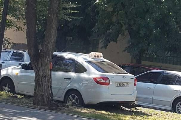 Испортивший газон астраханский таксист объезжал сломанный троллейбус