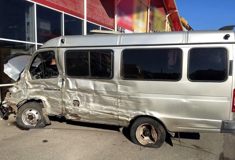 В Астрахани маршрутка лоб в лоб столкнулась с грузовой «Газелью»