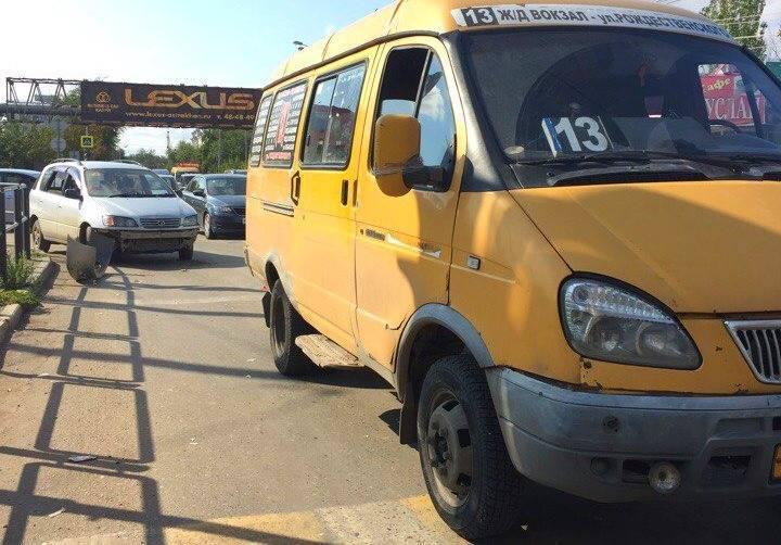 В Астрахани маршрутка врезалась в легковой автомобиль