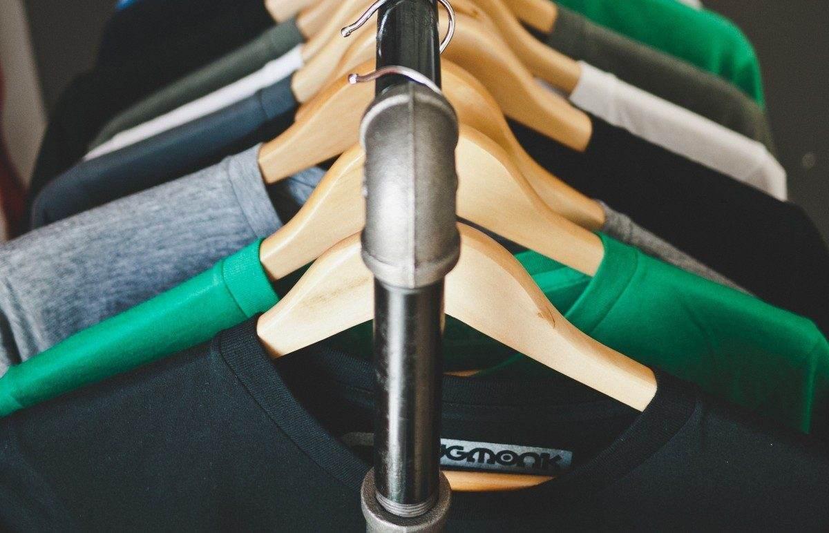 Астраханец попытался убежать из магазина с футболкой