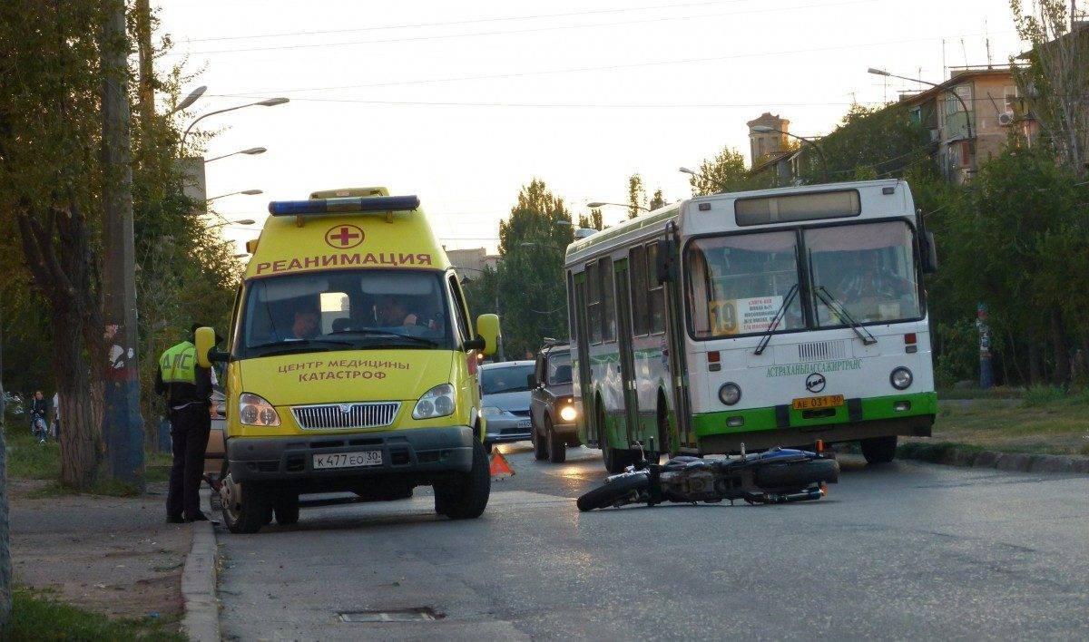 Астраханский мотоциклист врезался в припаркованный автомобиль