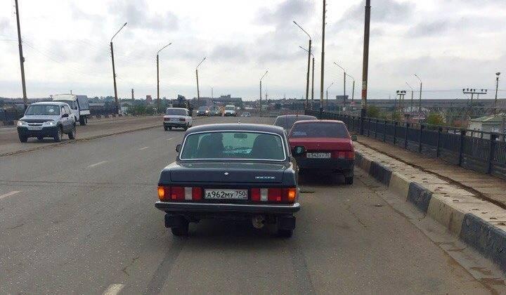 На Кубанском мосту «Волга» врезалась в стоявший автомобиль