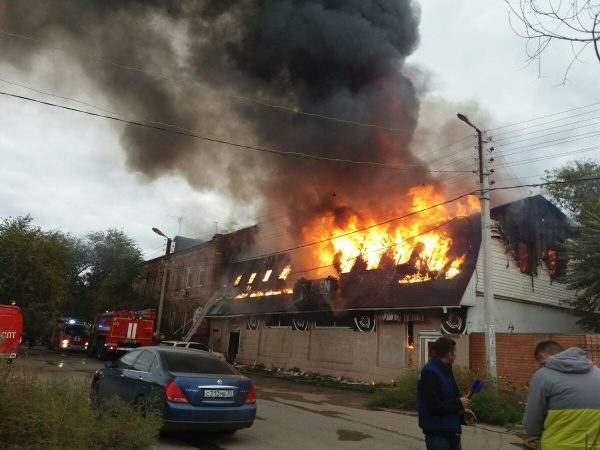 В Астрахани горит бывший ночной клуб