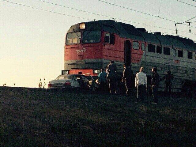 Под Астраханью такси врезалось в грузовой поезд