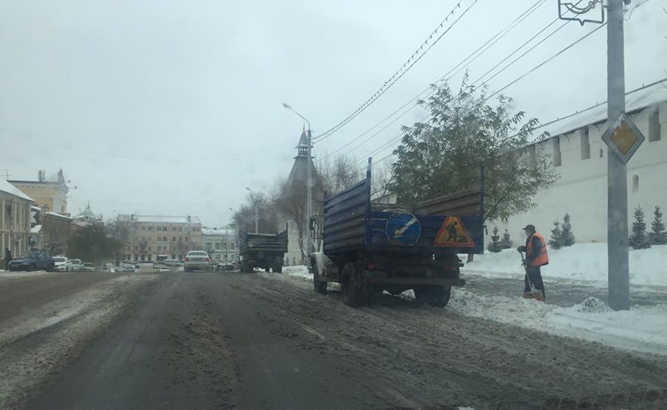 В Астрахани продолжают убирать снег