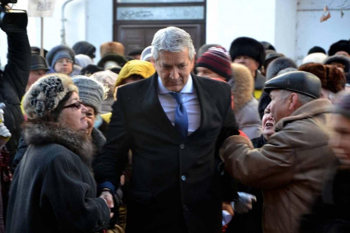 Кадр дня: пенсионеры держат Леонида Огуля