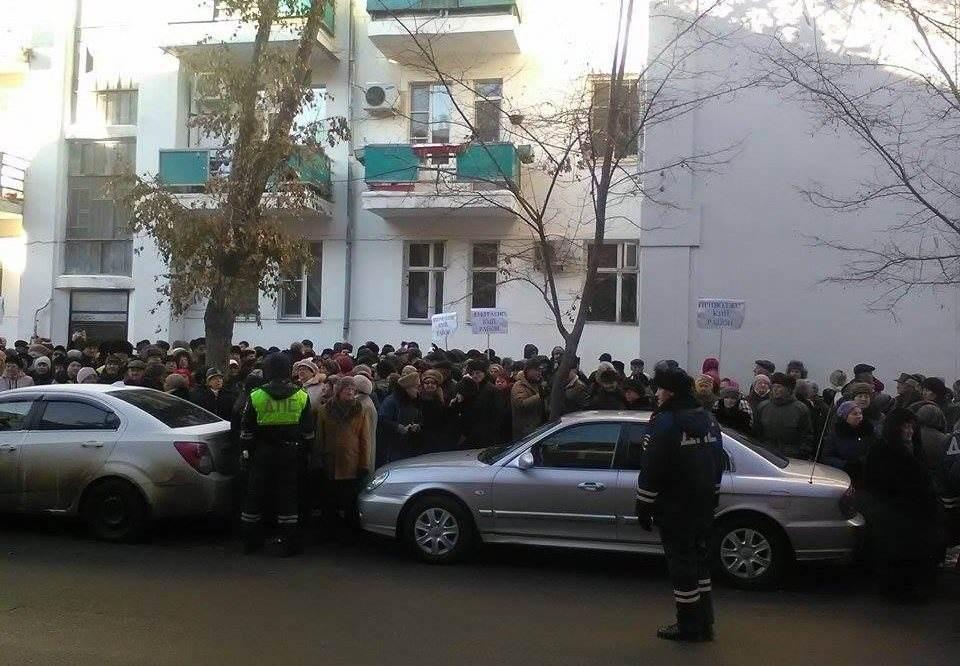 Астраханцы массово митингуют у областной думы