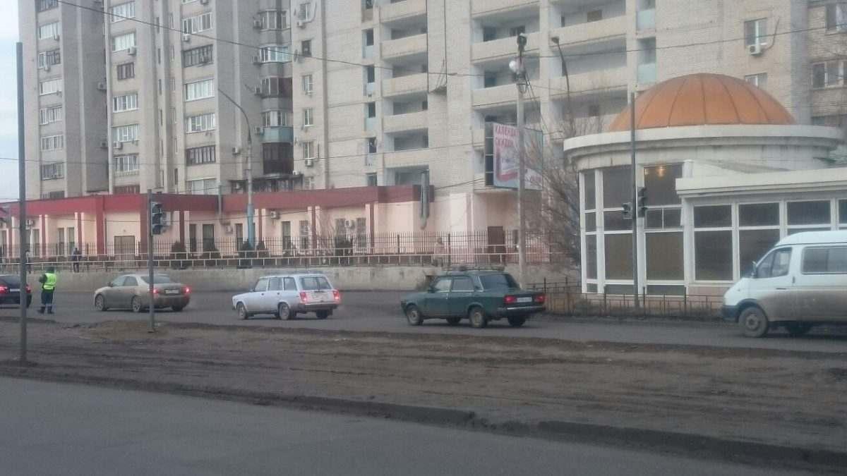 На улице Яблочкова устанавливают новый светофор
