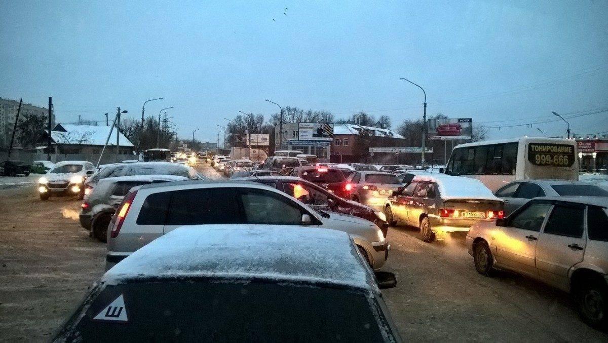 В Астрахани произошло более ста аварий из-за снега