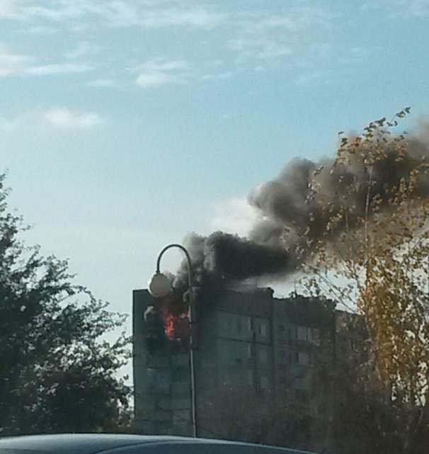 В Астрахани горит многоэтажка на Эллинге