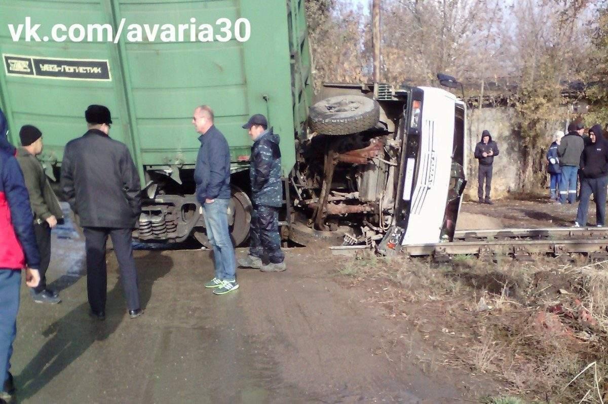 В Астрахани КАМАЗ врезался в грузовой вагон