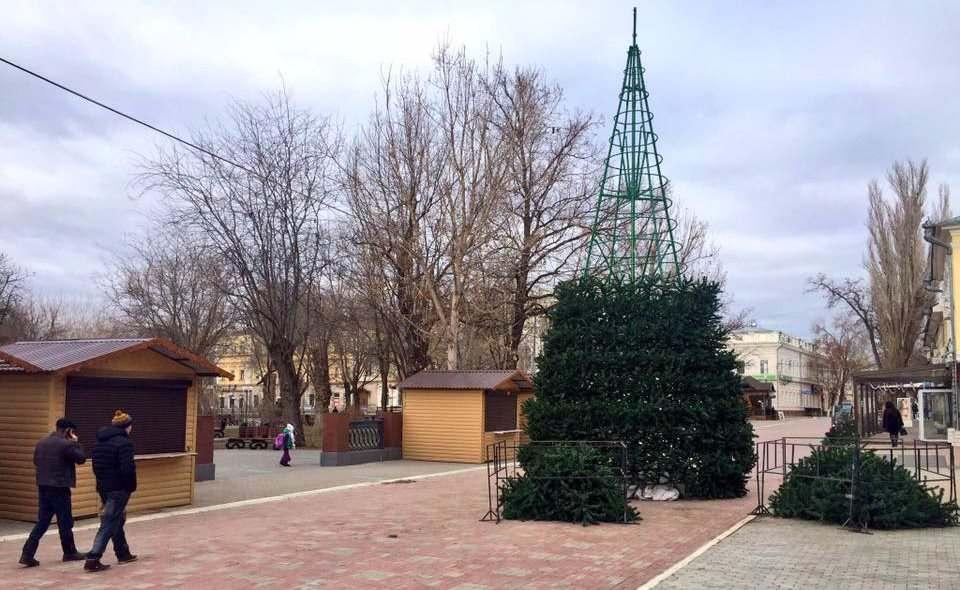 В центре Астрахани устанавливают главную новогоднюю елку