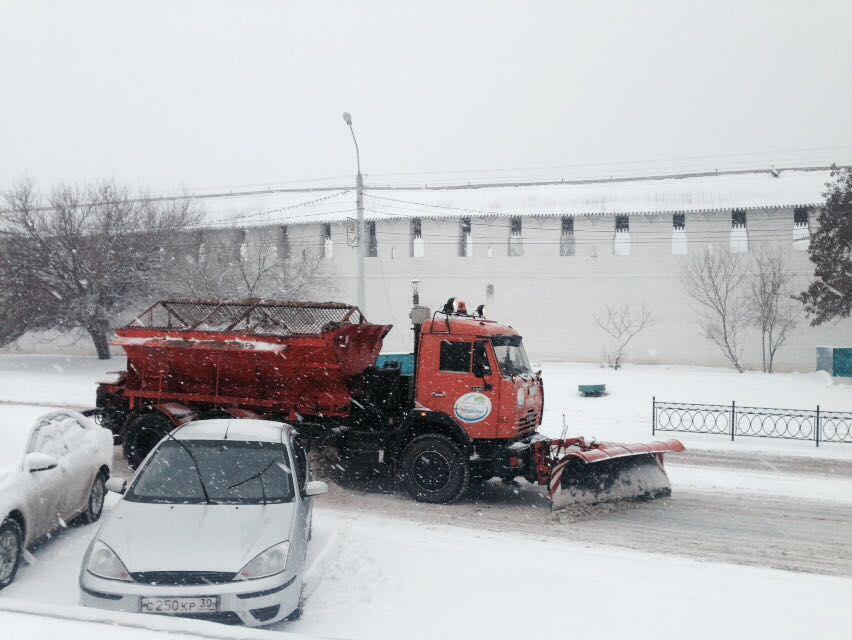 Астраханские коммунальщики борются со снегом