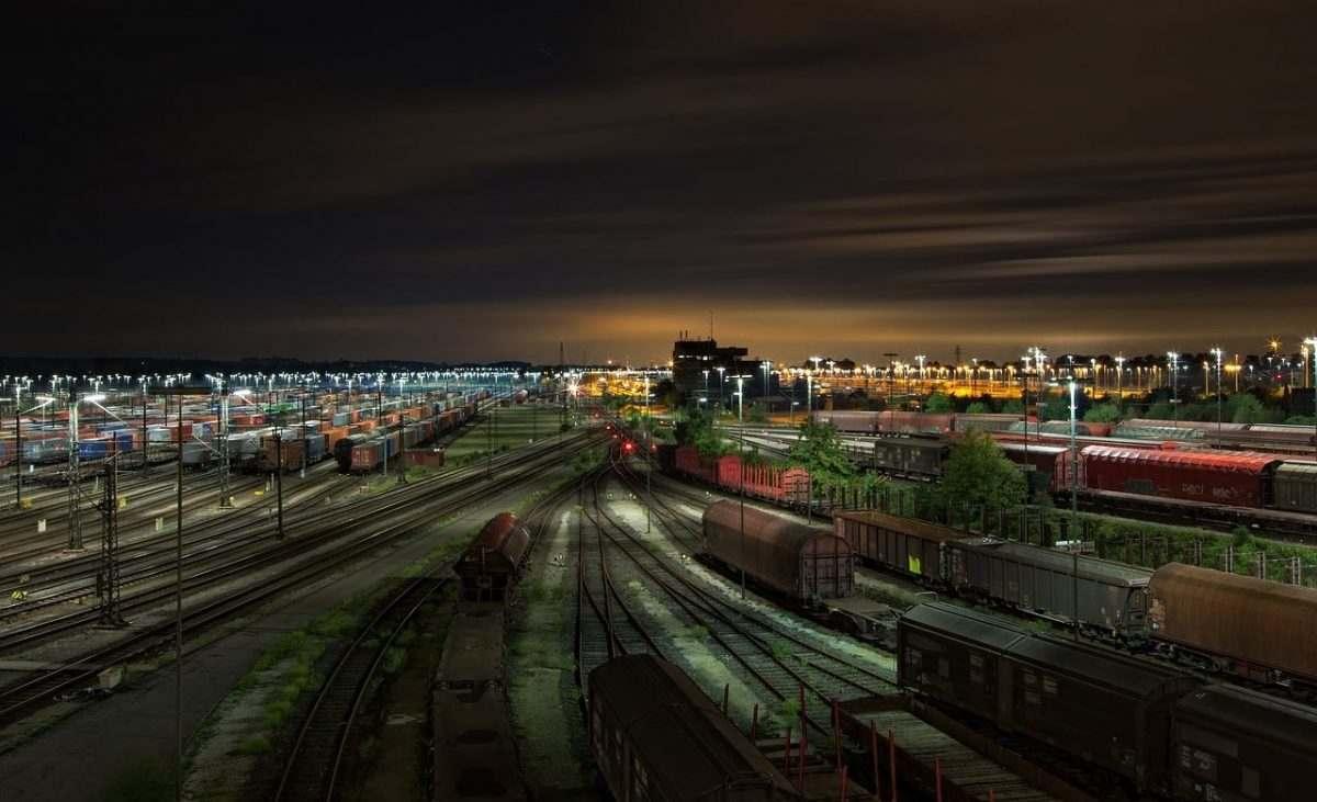 На станции Астрахань-2 военный погиб под колесами поезда
